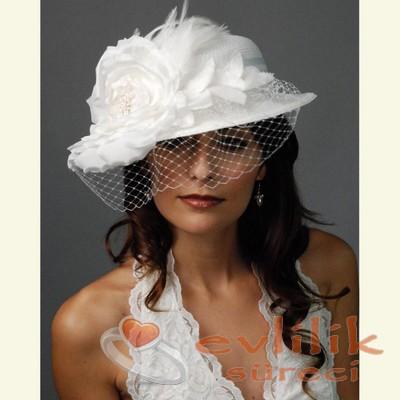 İhtişamlı ve Tül süslemeli Gelin Şapka Modelleri