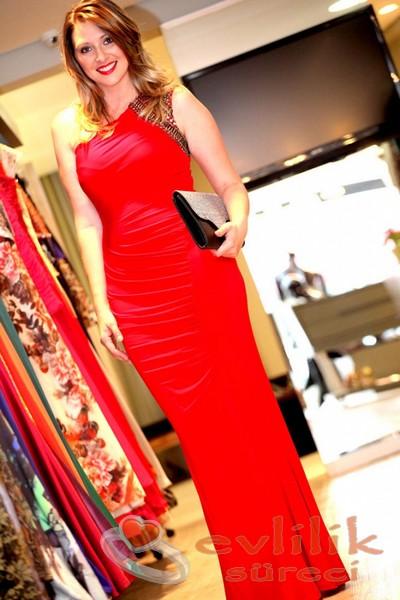 Düz Sade ve Zarif Nişan İçin Kırmızı Renkli Abiye Modelleri