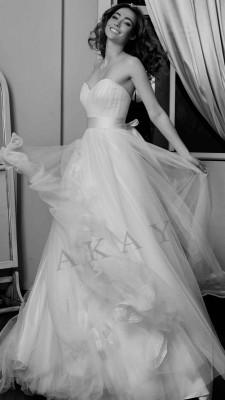 Yaz Düğünlerinin Vazgeçilmezleri Olan Uçuşan Kumaşlı Akay Gelinlik Modelleri 2017