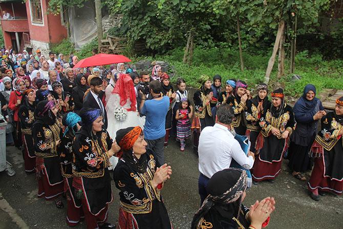 Köy Düğünlerinde Gelini Evden Almaya Erkek Tarafı Davul ve Zurna Eşliğinde Gelirler