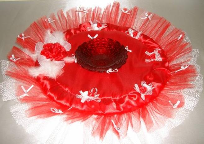 Beyaz ve Kırmızı Tüllerle Süslü Çok Kibar Kına Tepsisi Modeli
