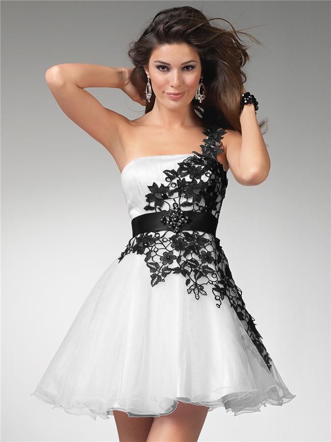 Beyaz renkli çiçek desenli kısa abiye elbise modeli